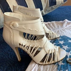 White heeled sandals 👡